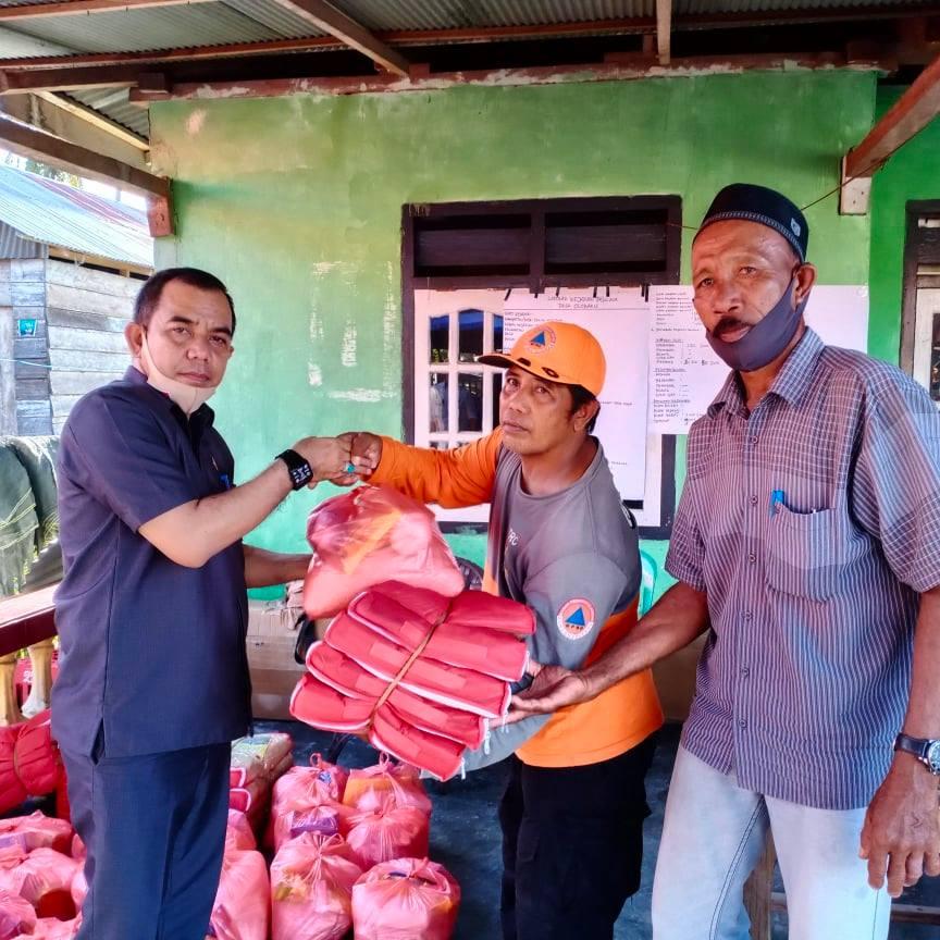 Waket DPRD Parimo Faisan Badja Serahkan Bantuan Korban Banjir