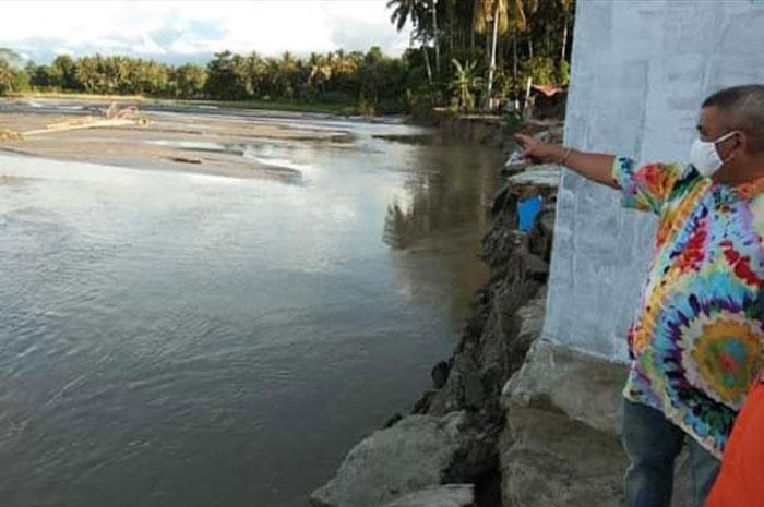 Bupati Parimo Serahkan Bantuan Korban Banjir Desa Boyantongo