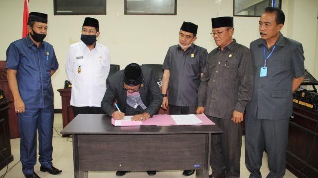 Pimpinan sidang Ketua DPRD Sayutin BudiyantoTelah mengesahkan serta disetujui dua raperda