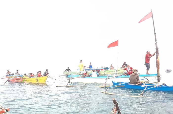 Nelayan Kasimbar Parimo Kibar Bendera di Laut Tomini