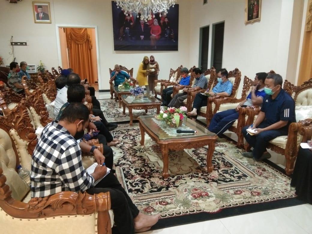 Bupati Parigi Moutong H. Samsurizal Tombolotutu menggelar rapat bersama para kepala OPD dirujab Bupati. Jumat,( 9/10/2020)