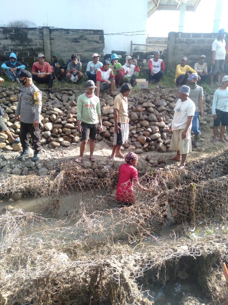 Warga Dusun Pambola Perbaiki Saluran Air Yang Tertimbun Material Bronjong