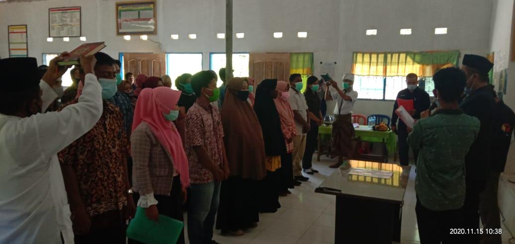 Ketua Panwascam Kecamatan Kasimbar Kabupaten Parigi Moutong Ilham S, IP.melantik dan mengambil Sumpah 53 Pengawas Tempat Pemunggutan Suara ( PTPS ),yang tersebar di 18 Desa Wilayah Kecamatan kasimbar. Foto : Samudin