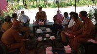 Plt Kepala Dinas Komunikasi dan Informatika Kabupaten Parigi Moutong Arman Maulana, SPd,Msi saat memimpin rapat bersama Panitia Riset Kemah Budaya UNISA Palu dan beberapa OPD di pantai Mosing baru baru ini.